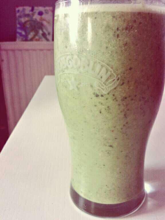 Pecan, spinach, kefir and banana smoothie